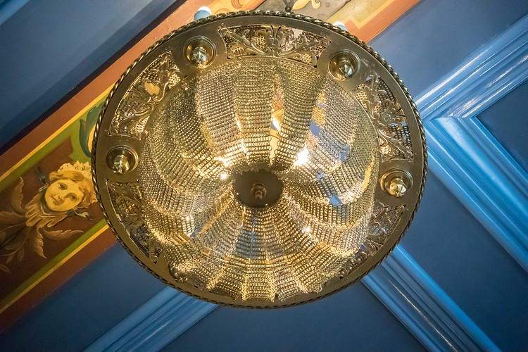 Chainmail chandelier at Château Frontenac